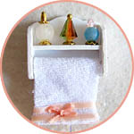 Полочка для ванной с полотенцем и флаконами мини