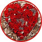 Сердце из роз с перьями цесарки