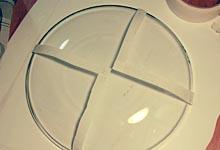 Стеклянная тарелка с малярным скотчем