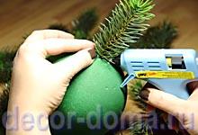 Топиарий новогодний своими руками, крепление еловых веточек