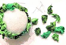 Закрепление бумаги на пенопластовом шаре