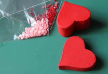 Коробочка сердечко красного цвета и бусины