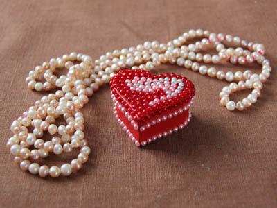 Коробочка-валентинка с декором из полубусин