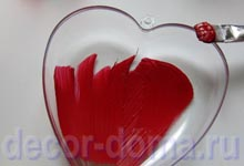 Красная акриловая краска - декор сердечка из пластика