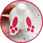 Пятки кролика из разрезанного пенопластового яйца